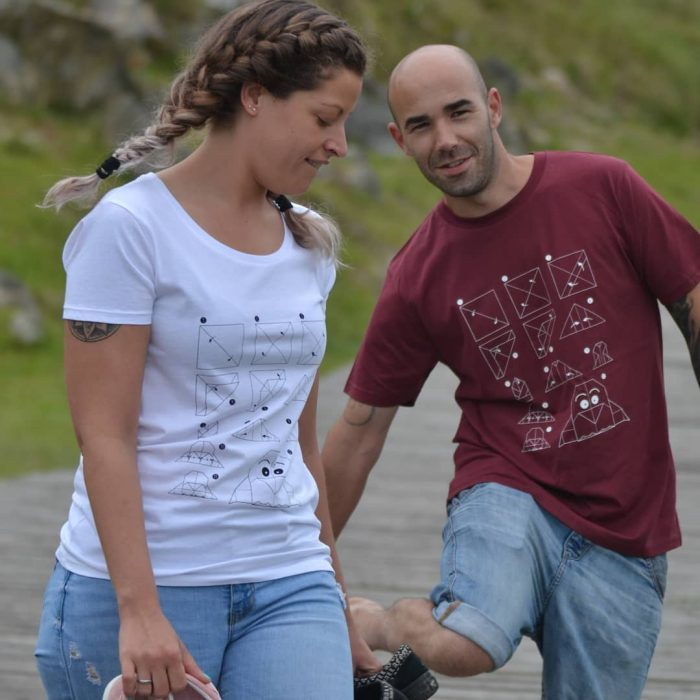 camiseta-hombre-mujer-eco-origami-pinguino-burdeos-blanca