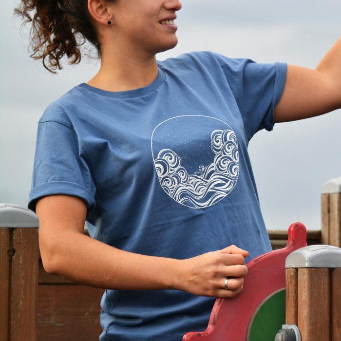camiseta-azul-eco-hombre-mujer-barco-mar