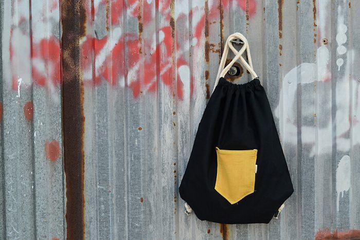 mochila de cordones negra con bolsillo