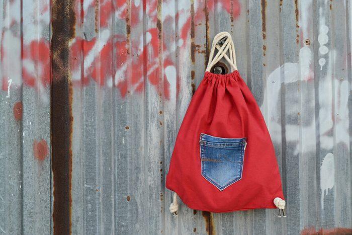 mochila de tela roja con bolsillo