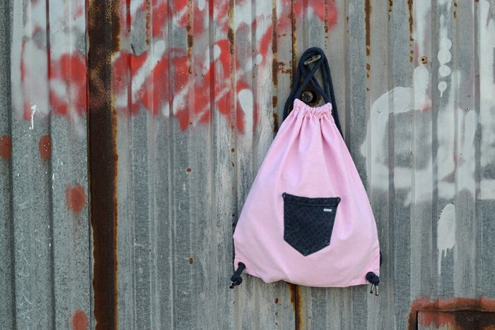 mochila de tela rosa con cordones