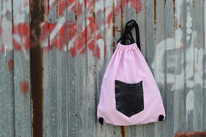 mochila saco con cordones y bolsillo